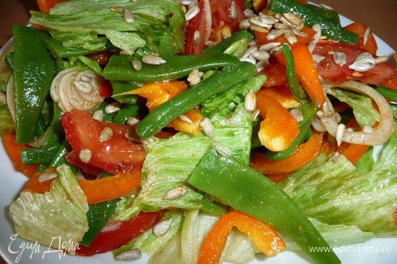 Добавить соль, перец по вкусу, салат перемешать, можно оставить настаиваться на 10 мин.