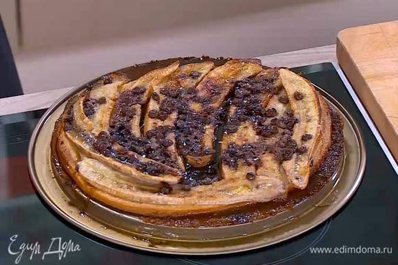 Выпекать пирог в разогретой духовке 15–20 минут.