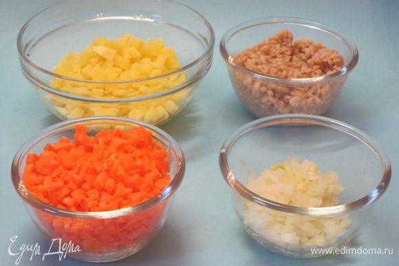 Лук очистить, мелко нарезать. Морковь очистить, нарезать мелкими кубиками, можно натереть на крупной терке, но я не ищу легких путей в кулинарии, потому резала ножом. Картофель очистить, нарезать кубиками.