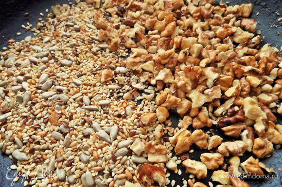 Насыпаем семечки и орехи в сковороду.
