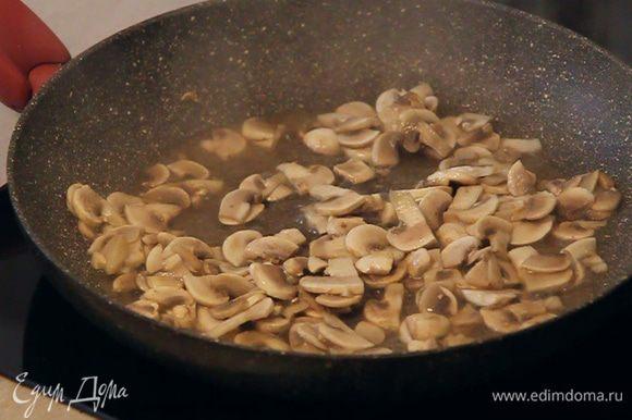 На полученном масле обжариваем порезанные грибы до появления легкой золотистой корочки.