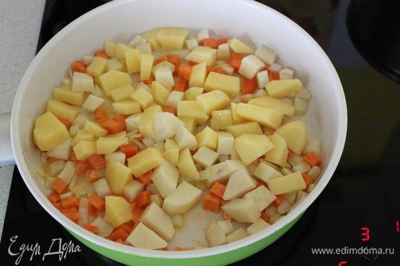 Сюда же добавить картофель, порезанный кубиками, потушить минут 5.