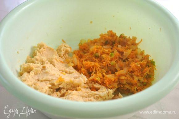 Нут замачиваем на ночь. Утром промываем, меняем воду. Варим до готовности в слегка подсоленной воде (30-40 мин.). Отваренный нут перемалываем на мясорубке или в блендере. Морковь трем на терке, лук мелко режем — пассеруем. Все перемешиваем до однородности.