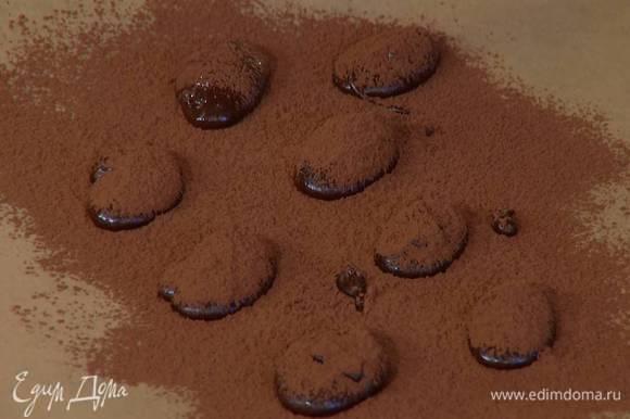Посыпать конфеты оставшимся какао и заморозить.