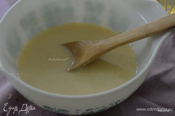 Разогреть духовку до 180°C. Разделить яйца на желтки и белки. Натереть цедру с лимона, выжать сок. Смешать муку, сахар, лимонная цедра 2 ст.л., соль, яичные желтки, 1/4 стакана сок лимона, молоко.