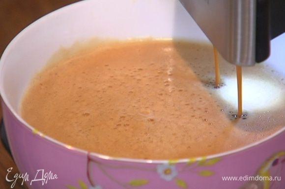Сварить 1 1/2 стакана крепкого кофе.