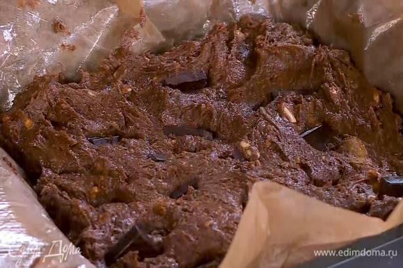 Плитку шоколада поломать небольшими кусочками и воткнуть их в тесто.
