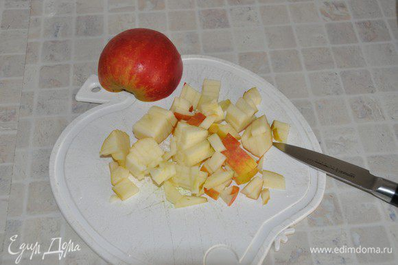Яблоко помыть, нарезать средним кубиком.