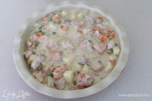 Выложить рыбу с овощами в формы. Разогреть духовку до 190°C.