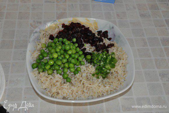 Смешать в салатнике остывший рис, клюкву, горошек, лук, добавить яблоко.