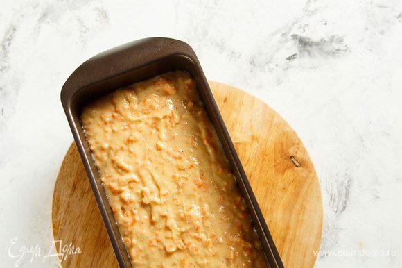 Выложить тесто в смазанную маслом форму. Выпекать при 190°C около 50 минут. Готовность проверить деревянной палочкой, она должна выходить из теста сухой.