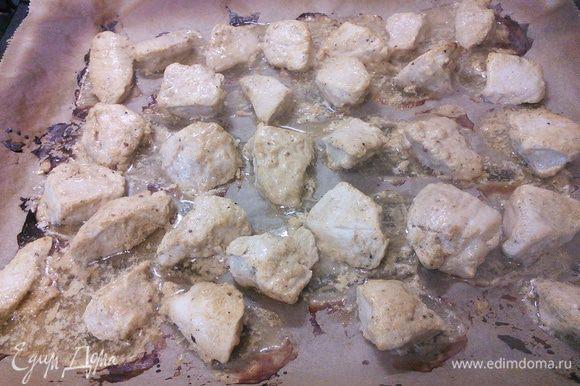 На противень, выложенный листом пергаментной бумаги, выложить кусочки курицы (немного стряхнув маринад) и запечь под грилем по 4-5 мин с каждой стороны.