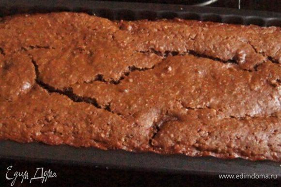 Готовый брауни остудить, нарезать на порции и по желанию присыпать сахарной пудрой.
