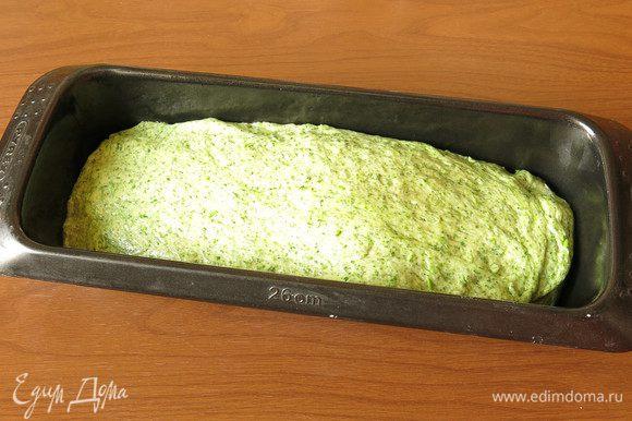 Выкладываем тесто в форму, оставляем на 40-60 минут. Время зависит от температуры в помещении. Перед закладкой смачиваем водой, посыпаем семенами.
