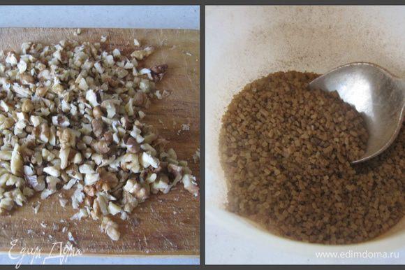 Для начинки порубить ножом грецкие орехи, а сахар смешать с молотой корицей.