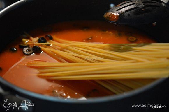 Тут же выложить паста Лингвине вернуть на огонь довести до кипения. Убавить огонь и готовить, помешивая 10 мин.