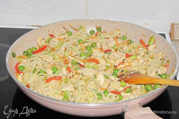 Слить спагетти, положить их на сковороду, посыпать укропом ( меня не было), осторожно перемешать.