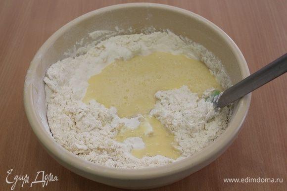 Отдельно взбить яйца венчиком и ввести в мучную смесь.
