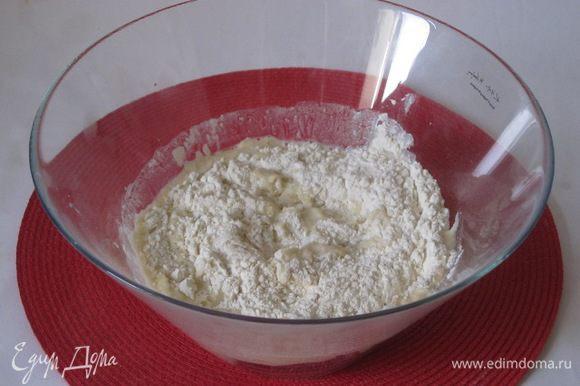 В просеянную муку всыпать сухие дрожжи, влить теплое молоко со сливочным маслом.