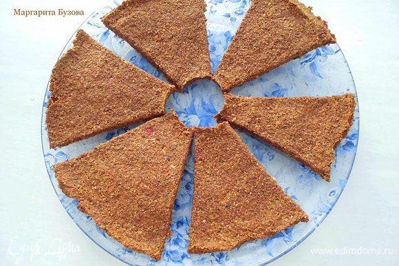 Для начала нужно приготовить корж (пропорции я указываю примерные). Для него я взяла замороженные овощи, которые оказались у меня в морозилке. Это были кабачки и перец. Кабачок, перец, луковицу и петрушку прокрутить 2 раза через мясорубку. Лен измельчить в кофемолке и смешать с измельченными овощами. По желанию можно добавить сушеные травки. Добавить соль и тщательно перемешать. Масса должна быть довольно мягкой. Если тесто получается крутым, добавить немного воды. Выложить его на лист дегидратора, предварительно выстеленный бумагой для выпечки, и аккуратно разровнять ложкой. Лучше, если слой будет более тонкий, тогда он хорошо пропитается, и пицца будет сочнее. Разрезать его на 8-9 кусков и поставить сушиться в дегидраторе примерно на 12 часов. Для приготовления основы можно брать любые овощи: морковь, свеклу, кабачок, любой вид капусты, лук, помидоры, перец. Например, сделать морковные хлебцы по этому рецепту http://www.edimdoma.ru/retsepty/73903-morkovnye-hlebtsy