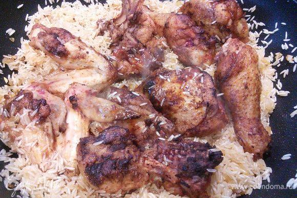 Выкладываем в рис обжаренную курицу.