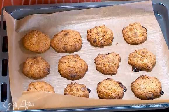 Выпекать печенье в разогретой духовке 10‒12 минут.