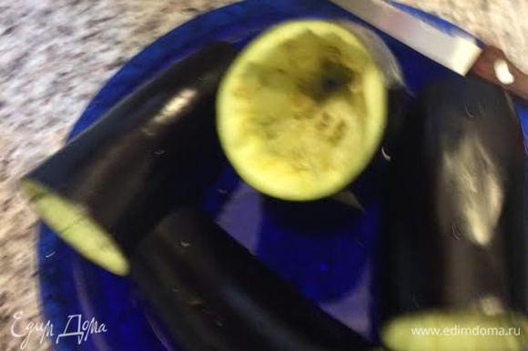 Баклажаны разрезать пополам и удалить мякоть. С помидорами поступаем также только сок и мякоть не выбрасываем.