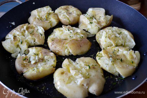 Обильно посолить (картошка любит соль) и поперчить по вкусу, поставить запекаться в разогретую до 230°C духовку.