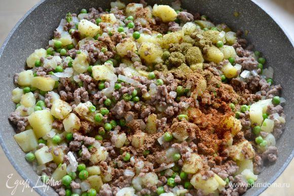 Теперь добавьте горох, имбирь, чили, петрушку, воду, все специи и сок лимона. Доведите до кипения, уменьшите огонь и тушите, пока жидкость не испарится. Готовую начинку полностью остудите.