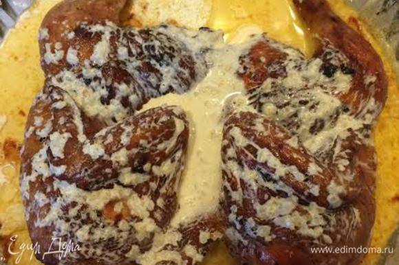 За 15 минут до готовности цыпленка залить его сливками и запекать до готовности.