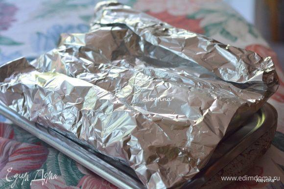 Закрыть сверху фольгой и готовить на разогретом гриле 10 мин. сторона. В духовке 10-15 мин. Можно каждую кукурузу завернуть отдельно в индивидуальный пакет из фольги.