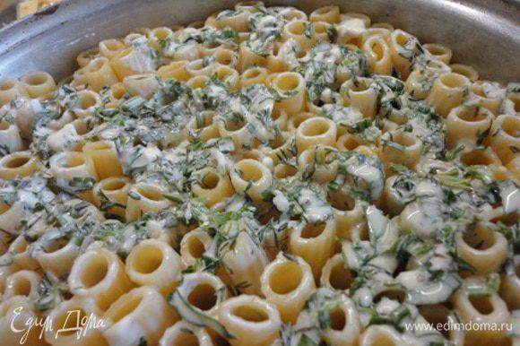 Тортильони «поставить» (для удобства слегка наклонив форму) в разъемную форму диаметром 20-21 см. Если взять больше, то просто не хватит пасты. Творожный сыр смешать с зеленью и яйцом и выложить на пасту.
