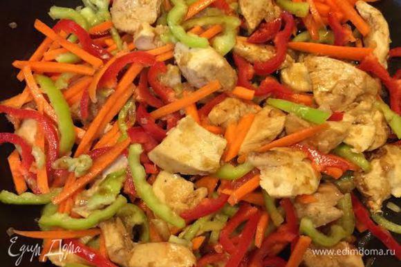 Добавить овощи, половину соевого соуса и тушить до готовности.