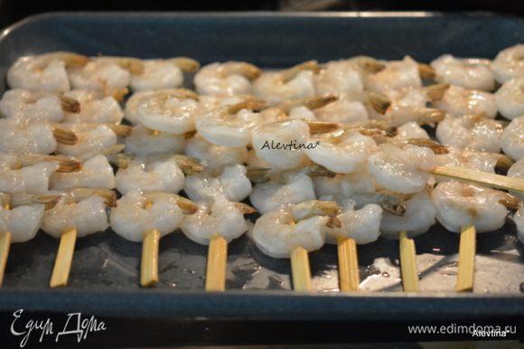 Деревянные палочки/шампура отмочить в воде 30 минут. Это делается для того, чтобы шампура не подгорели во время готовки на гриле. Креветки замороженные можно не очищать хвостики. Нанизывать на шампура на небольшом расстояние друг от друга.