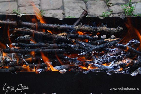 Разжигаем мангал, у меня старенький, походный, пикниковый)