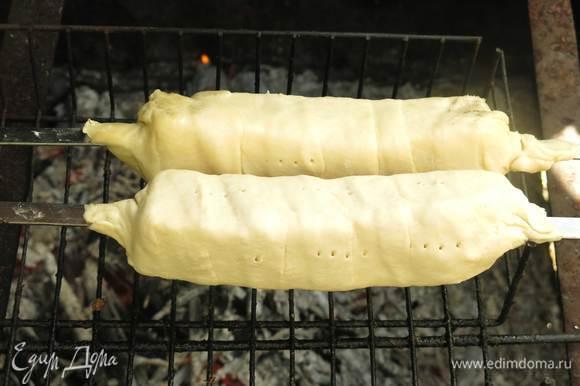 Угли готовы и дают жар, кладем хачапури на решетку. Переворачиваем периодически хачапури, 15 минут и блюдо готово. Смазываем тесто маслом (факультативно) и подаем горячими. Вкус горячих свежеприготовленных хачапури попробовала в Грузии пару лет назад, с тех пор это блюдо в различных вариациях прописалось на столе. На гриле хачапури в Грузии не пробовала, рецепт сборная солянка, так что меняйте тесто на любимый домашний рецепт, сыр, можно и более рыхлый имеретинский, или пробуйте этот вариант, все будет вкусно. Такие хачапури готовила не один раз в прошлом году, результат отменный, пробовала надевать измельченную массу сыра на шампур, форму держит хуже, но также вкусно. В этом году дождливый май не дает пока повторить блюдо, всем желаю хорошей погоды и ярких пикников. Приятного аппетита!