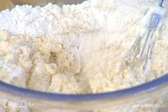 Сливочно-яичную массу с закваской добавить в муку и вымешать тесто.