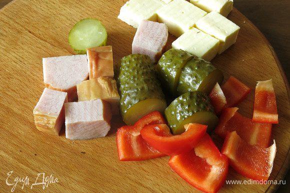 Нарезаем мясное, сыр, овощи.