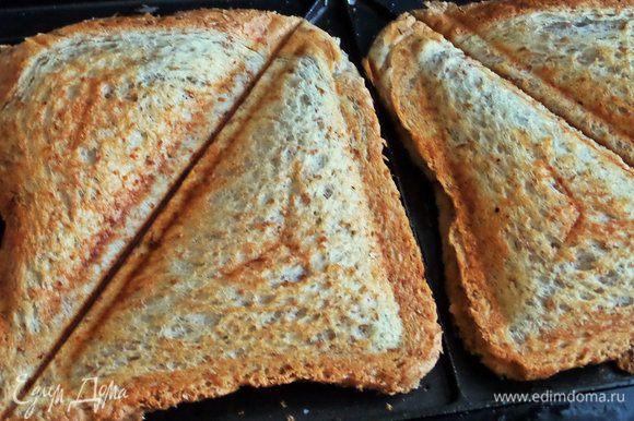 Накрываем вторыми ломтиками хлеба и жарим до готовности.