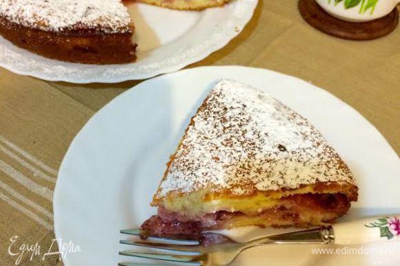 Готовой пирог слегка остудить и посыпать сахарной пудрой. Приятного аппетита!