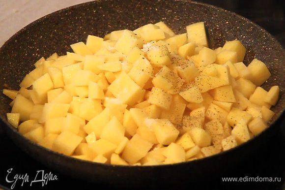 Далее в сковороду на растительное масло с добавлением кусочка сливочного масла выкладываем порезанный кубиками картофель. Картофель немного солим, перчим и обжариваем до появления золотистой корочки.