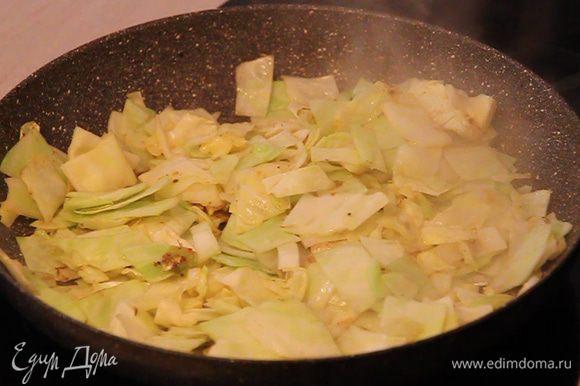 Затем обжариваем капусту порезанную квадратиками и немного подсолив обжариваем до появления легкой золотистой корочки.