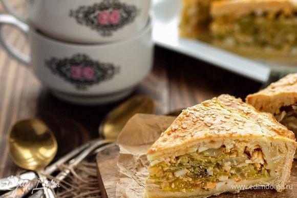 Смазать пирог взбитым яйцом, по желанию- посыпать кунжутом. Выпекать при 180°C минут 30, пока верх пирога не зазолотится. Дать пирогу остыть, разрезать на порции и подавать. Пирог невероятно вкусен как в горячем, так и в холодном виде. Никто не сможет отказаться.