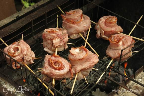 Кладем шашлык к на решетку, жарим. Если Вы готовите в духовке, то можно установить розы на половинки картофеля для устойчивости и запекать при 200-220 С до готовности.