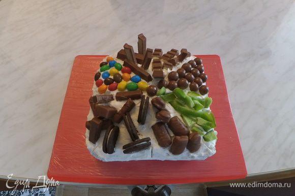 Украшаем торт разными вкусностями.
