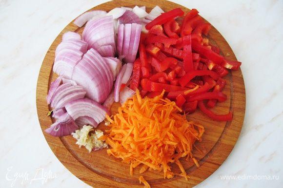 Самый неинтересный, но необходимый этап — подготовка. Почистить и порезать полукольцами лук. Морковь и сыр натереть на крупной терке, измельчить чеснок. Болгарский перец нарезать небольшими полосками.