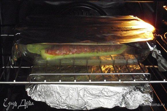 Нагреть духовку до 200°C. Закрыть фольгой верх формы и выпекать первые 10 минут при 200°C, затем снять фольгу и запекать еще 10 минут.