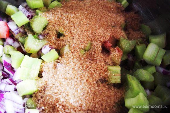 В сотейник налить винный уксус (я вместо него использовала свежевыжатый лимонный сок). Сложить нарезанные овощи в сотейник и добавить сахар. Обычно использую коричневый, хотя можно готовить и с белым сахаром.