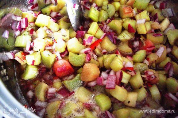 Поставить овощи варится на маленьком огне около 30 мин. Слегка помешивать и добавлять все нужные специи из списка ингредиентов.