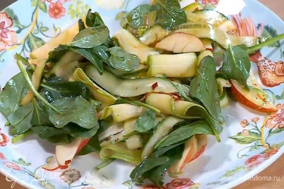 Овощи полить заправкой (1 ст. ложку заправки оставить) и перемешать.